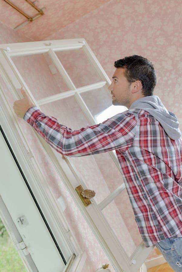 Instalando algumas novas janelas foto de stock