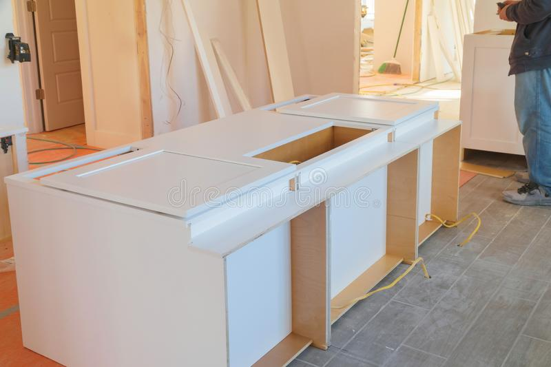 Instalando armários em uma cozinha da cor branca imagens de stock royalty free