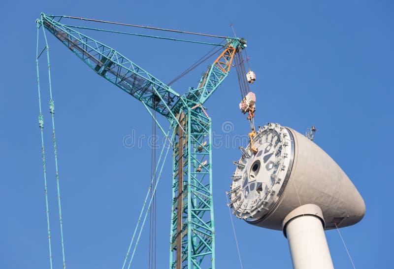Instalando a casa do rotor na parte superior de uma turbina eólica holandesa nova imagem de stock royalty free