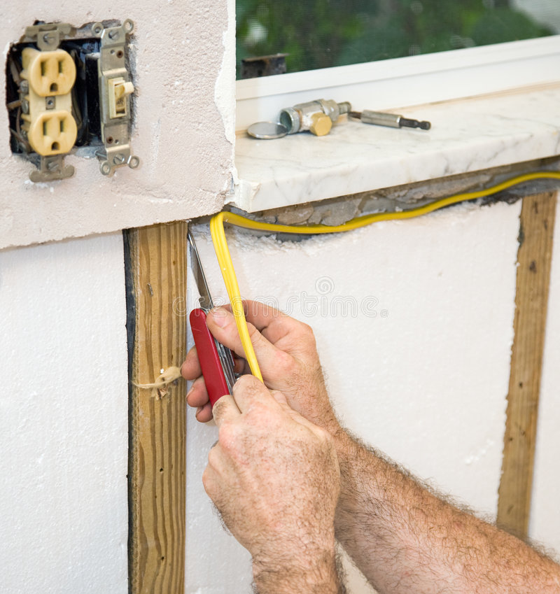 Instalando a fiação elétrica fotografia de stock