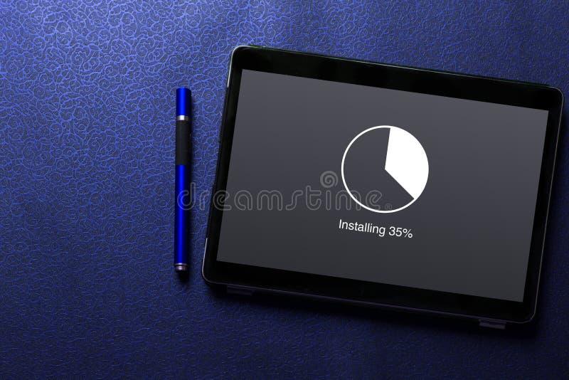 Instalando la actualización con el círculo cargue el concepto del indicador de espera del porcentaje en la pantalla de la tableta imagen de archivo libre de regalías