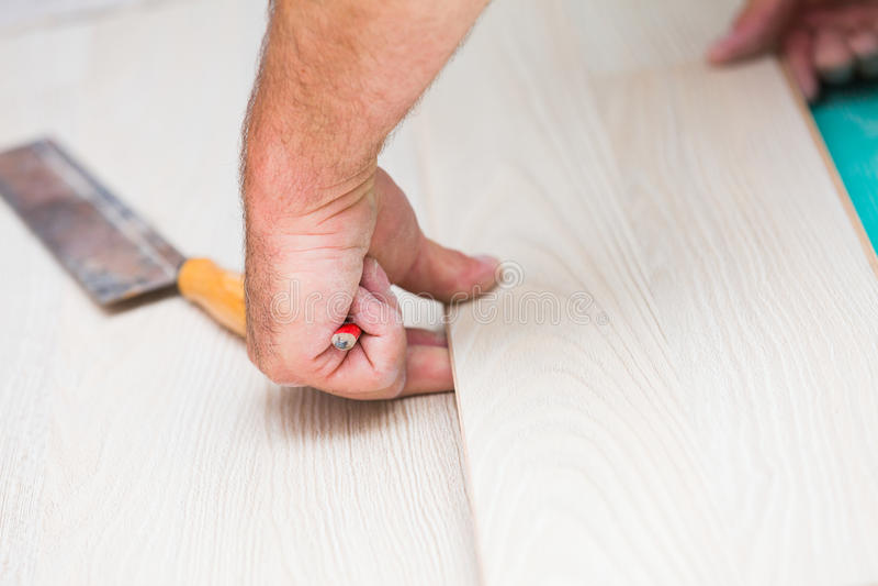 Instalando o assoalho estratificado com textura de madeira imagem de stock royalty free