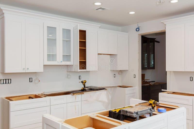 Instalando o hob novo da indução na cozinha moderna fotos de stock