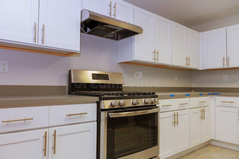 Instalando o hob novo da indução na cozinha moderna imagem de stock