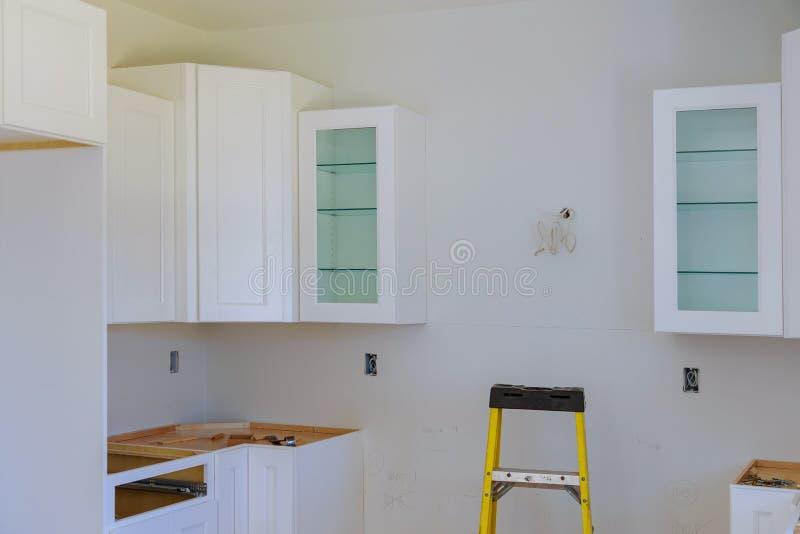Instalando o hob novo da indução na cozinha moderna imagens de stock