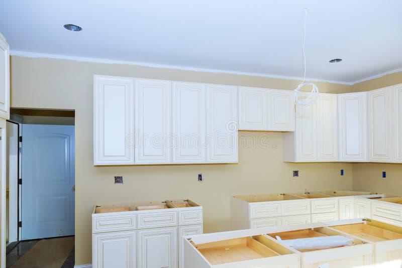 Instalando o hob novo da indução na cozinha moderna imagens de stock royalty free