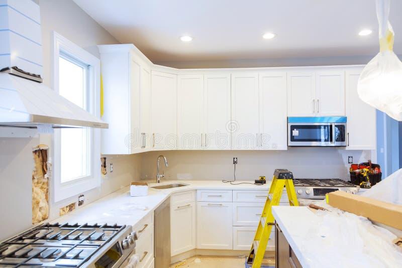 Instalando o hob novo da indução na cozinha moderna da melhoria remodele foto de stock royalty free