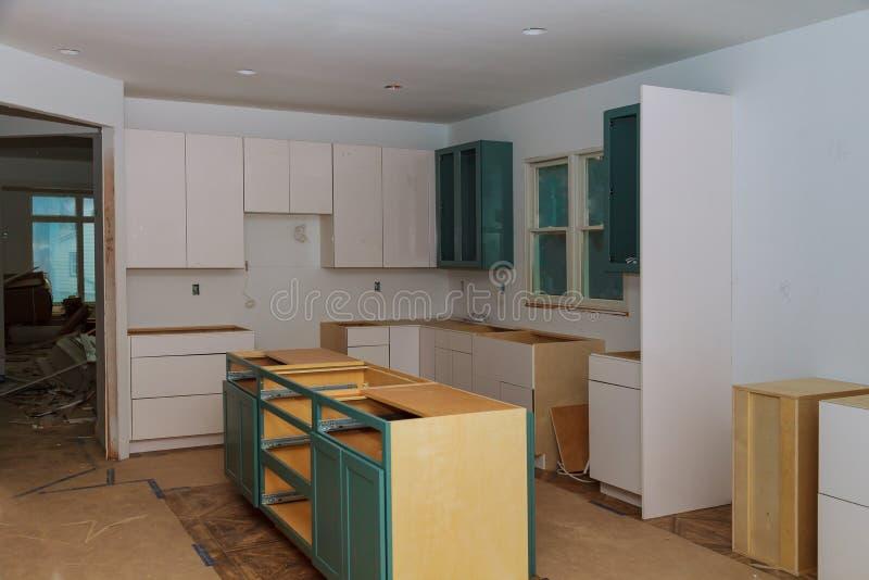 Instalando o hob novo da indução na instalação moderna da cozinha da cozinha do armário de cozinha fotos de stock