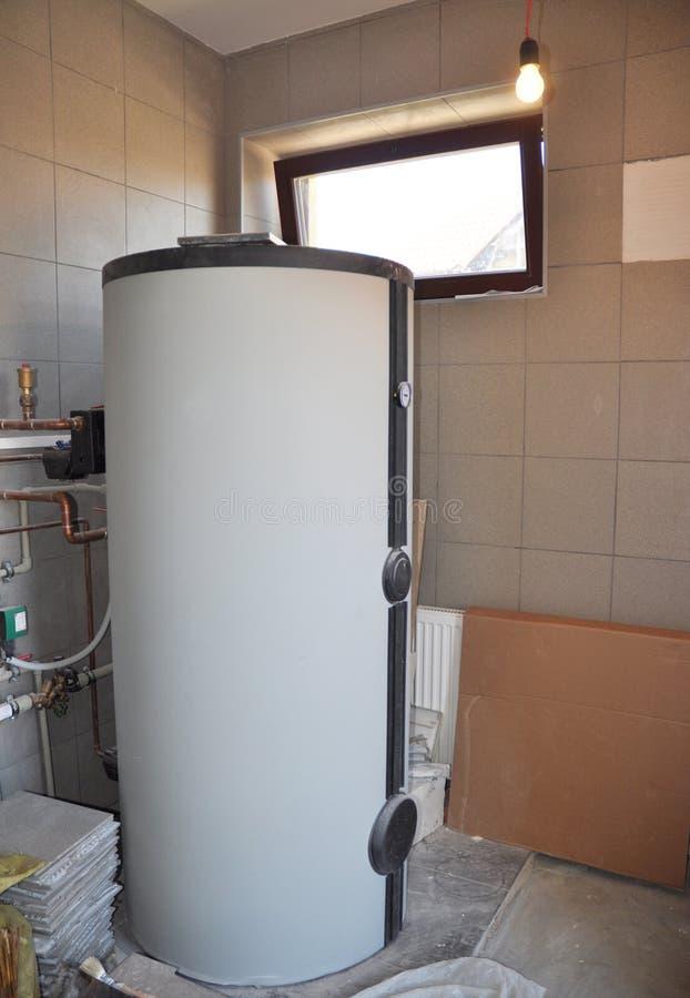 Instalando o tanque de água solar na sala de caldeira Sistema de aquecimento solar de água foto de stock royalty free