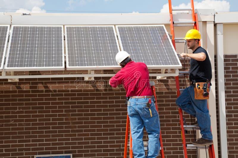 Instalando os painéis solares fotos de stock