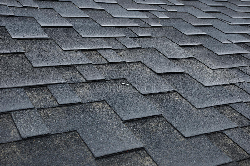 Instalando telhas Instalando telhas do telhado do betume foto de stock royalty free