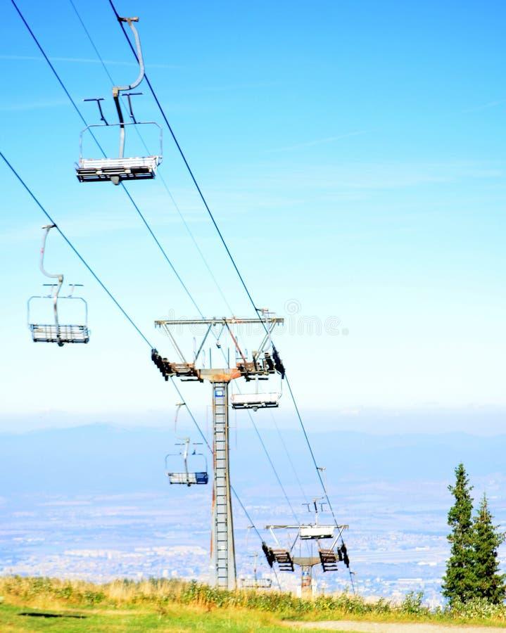 Instalation подвесного подъемника лыжи стоковая фотография rf