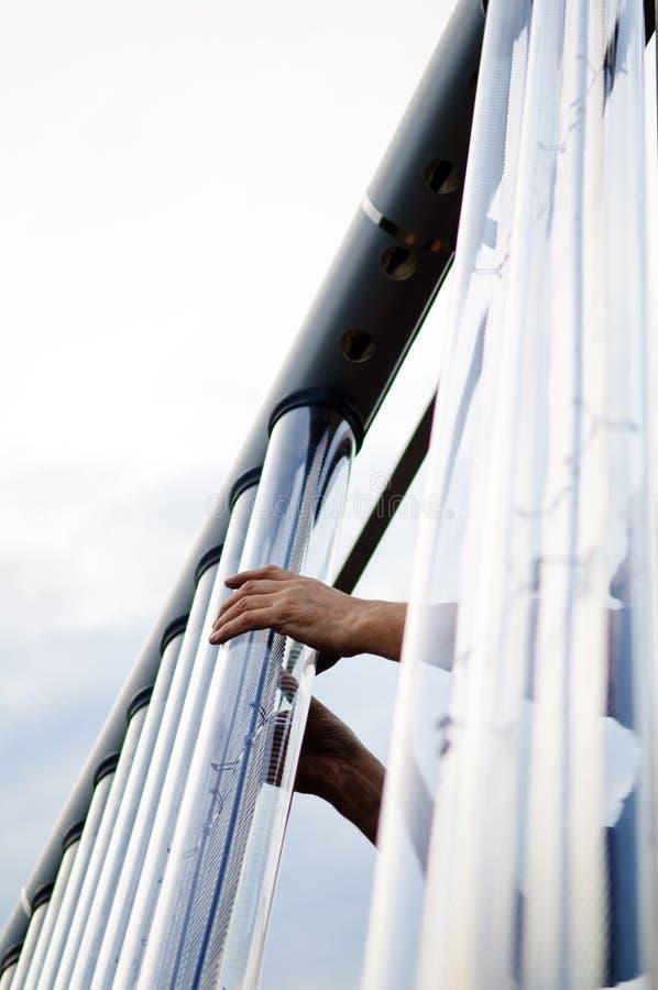 Instalation del tubo del collettore solare fotografia stock