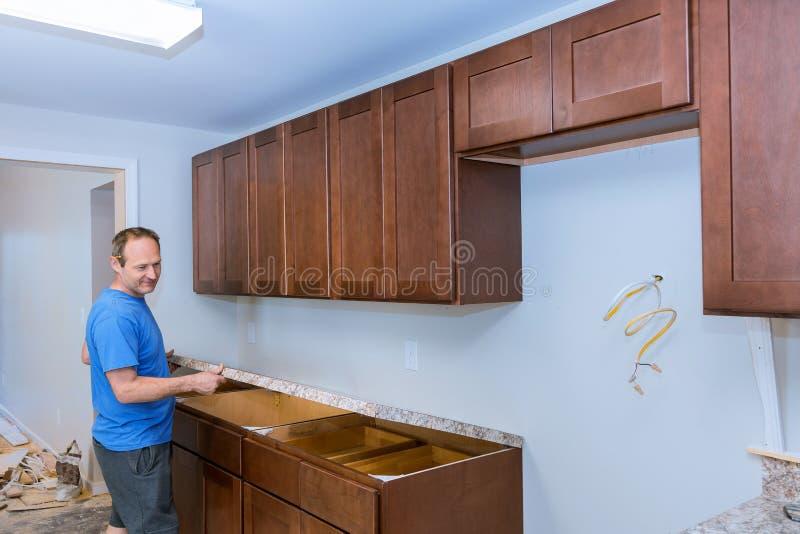 Installando gli appaltatori un ripiano che laminato una cucina ritocca fotografie stock libere da diritti