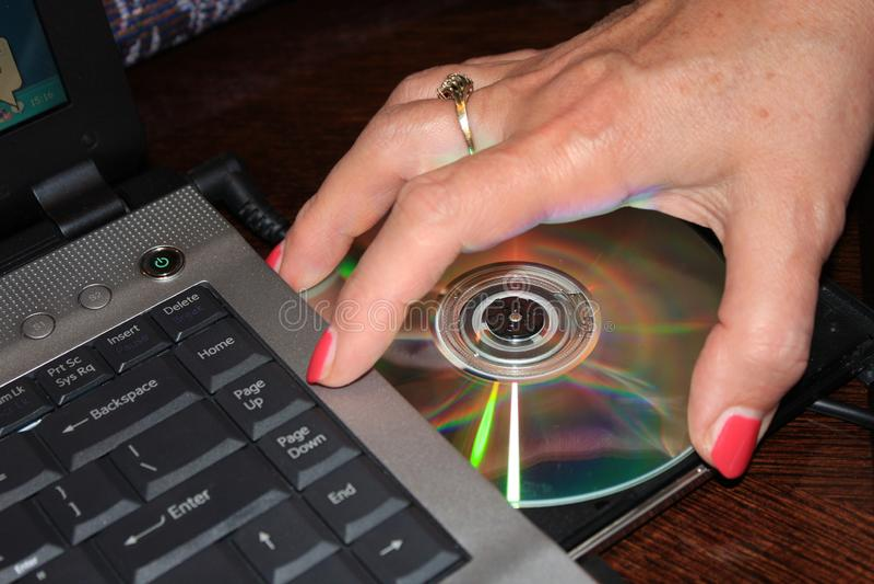 Installando programma dal DVD al computer portatile - immagine immagine stock