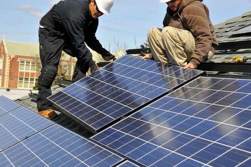 Installateurs 5 van het zonnepaneel stock foto