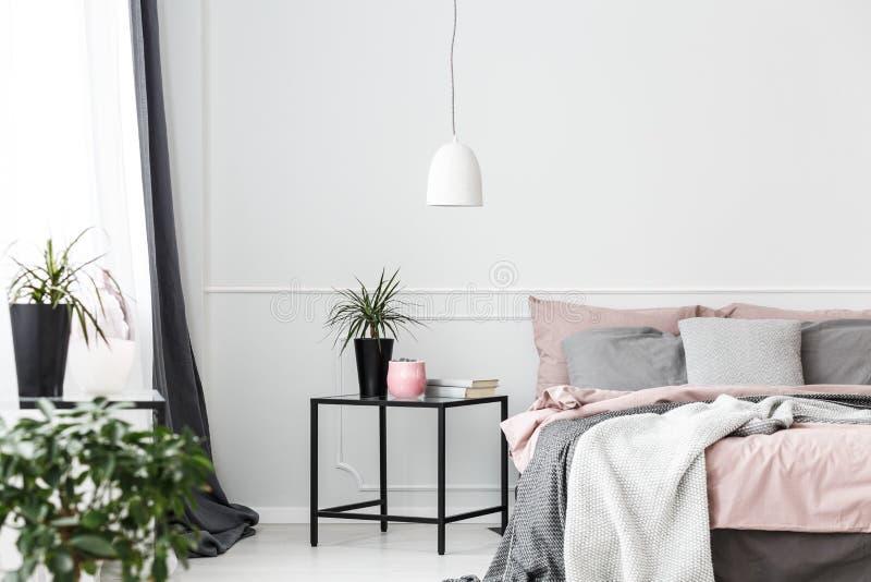 Installatie in comfortabel slaapkamerbinnenland stock afbeeldingen