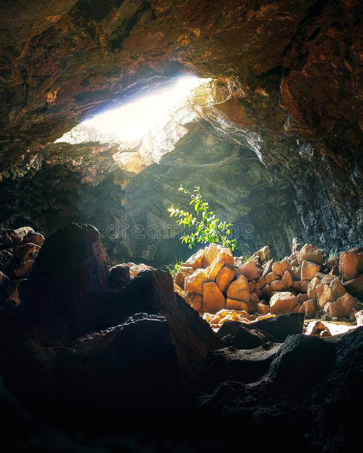 Installatie door zonlicht bij Ana Te Pahu Cave - Pasen-Eiland, Chili wordt geraakt dat royalty-vrije stock afbeelding