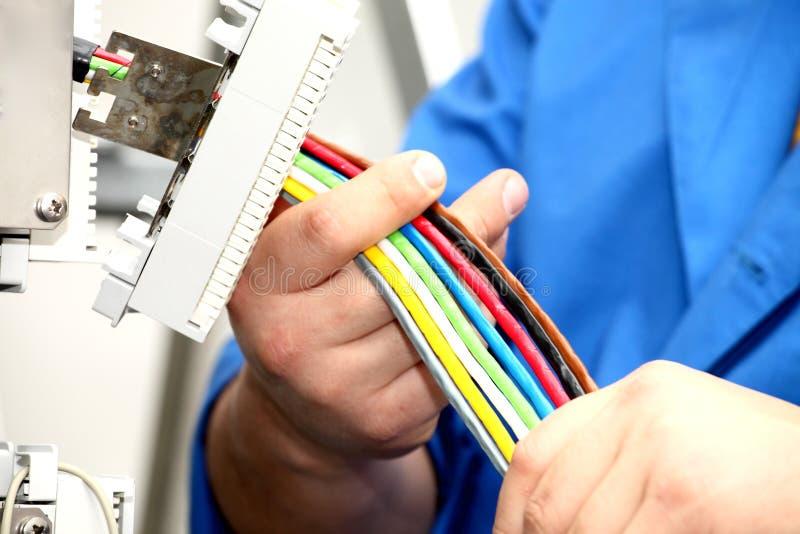Installatie een kabel van mededeling stock foto
