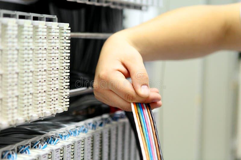 Installatie een kabel van mededeling stock afbeelding