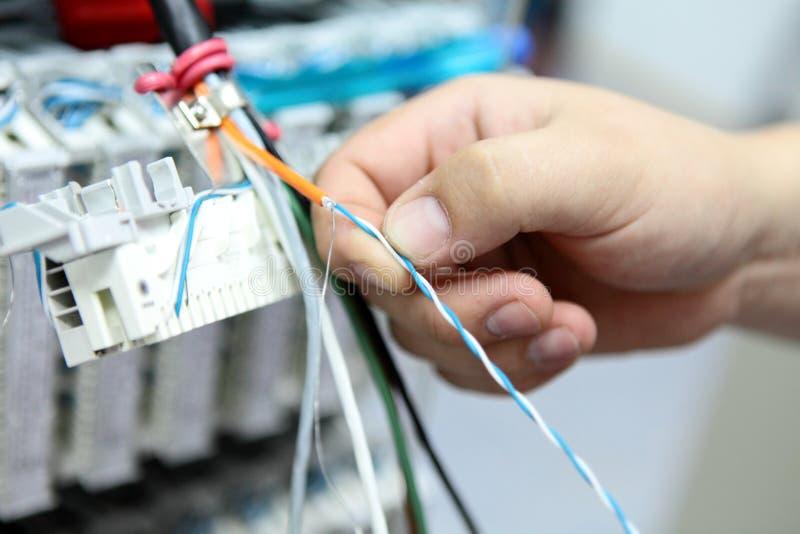 Installatie een kabel van mededeling royalty-vrije stock afbeelding