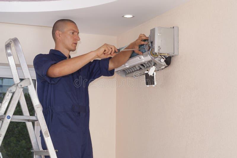 Installatie en reparatie van airconditioner royalty-vrije stock afbeeldingen