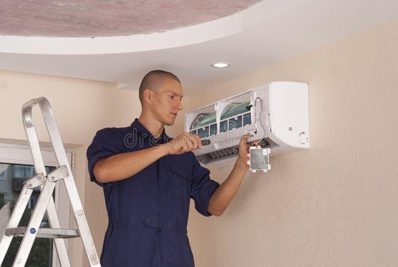 Installatie en reparatie van airconditioner stock foto's