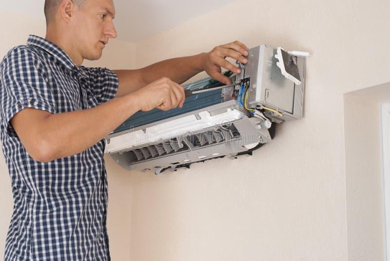 Installatie en reparatie van airconditioner stock afbeelding