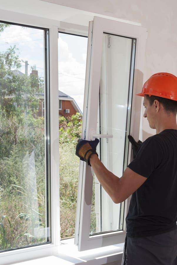 Installatie en reparatie van plastic vensters stock afbeeldingen