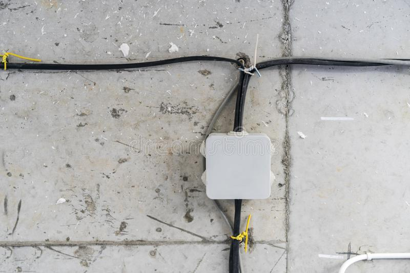Installatie het elektrobuis identificeert schilderen vierkante doos lightingLTG, receptacleRCT De elektrische buis en kabelwerken stock foto