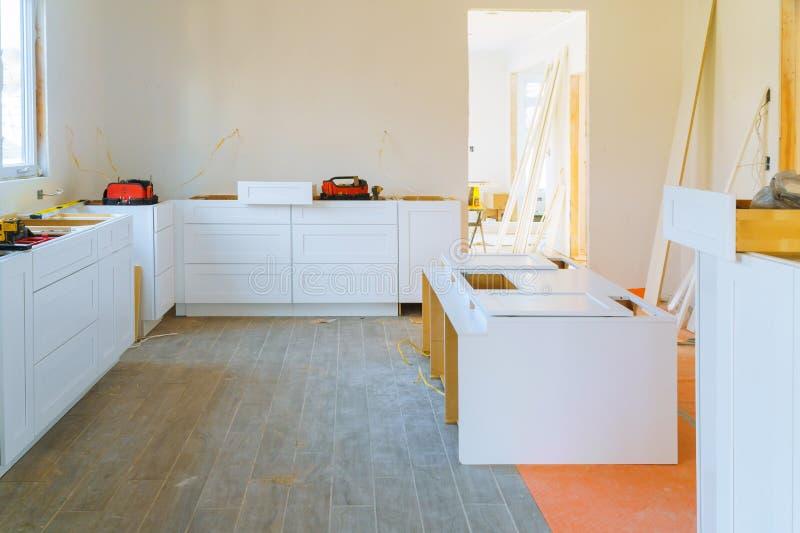 Installatie moderne keukenkast van meubilairdetails stock afbeeldingen