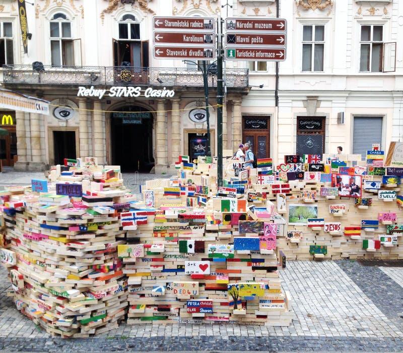 Installatie op de centrale straat van Praag, Tsjechische Republiek stock afbeeldingen