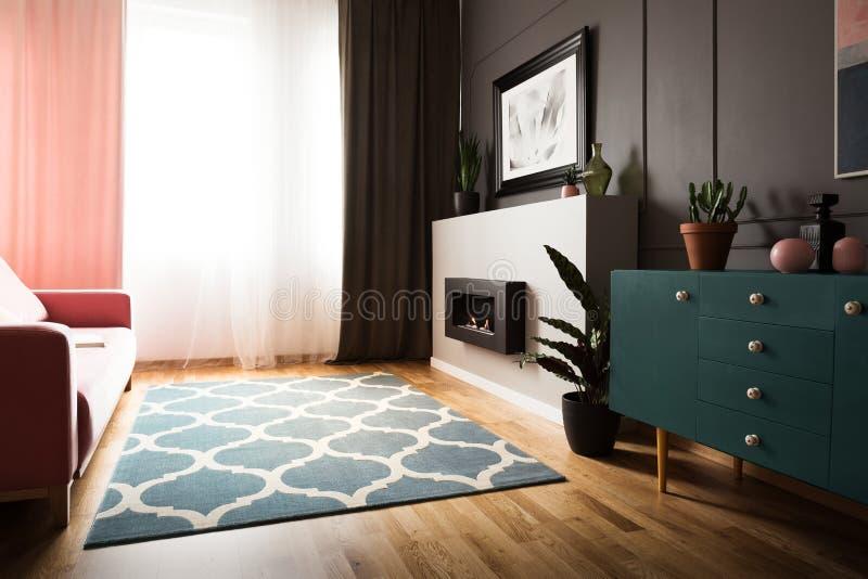 Installatie op groen kabinet in helder woonkamerbinnenland met firep stock foto