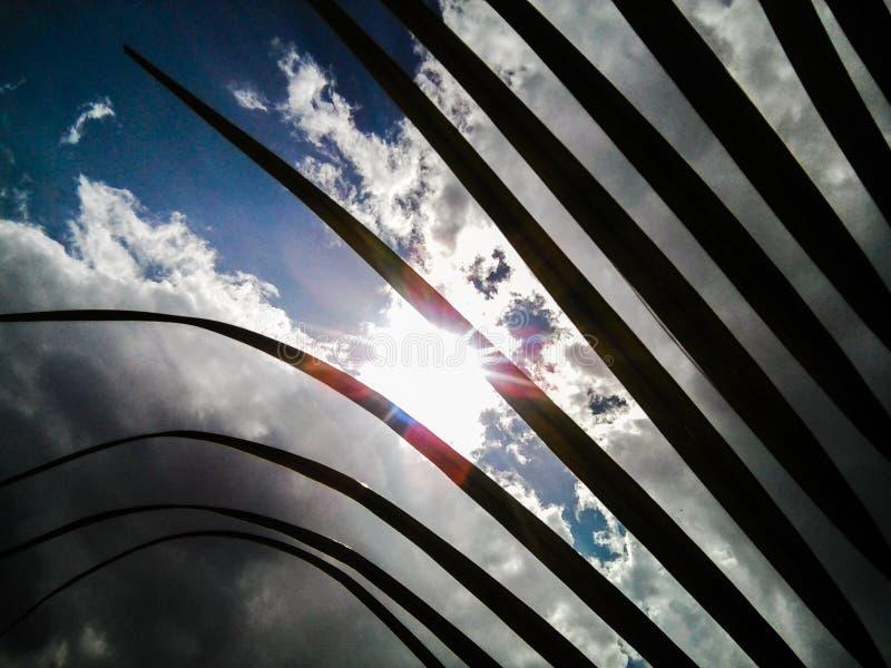 Installatie tegen hemel stock fotografie