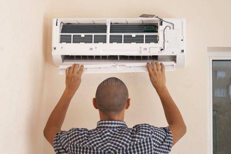 Installatie van airconditioning stock afbeelding