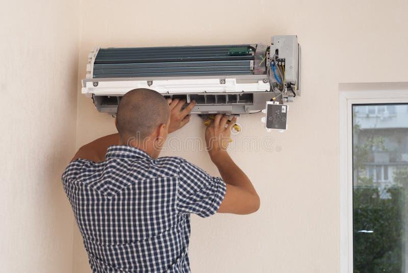 Installatie van airconditioning stock afbeeldingen