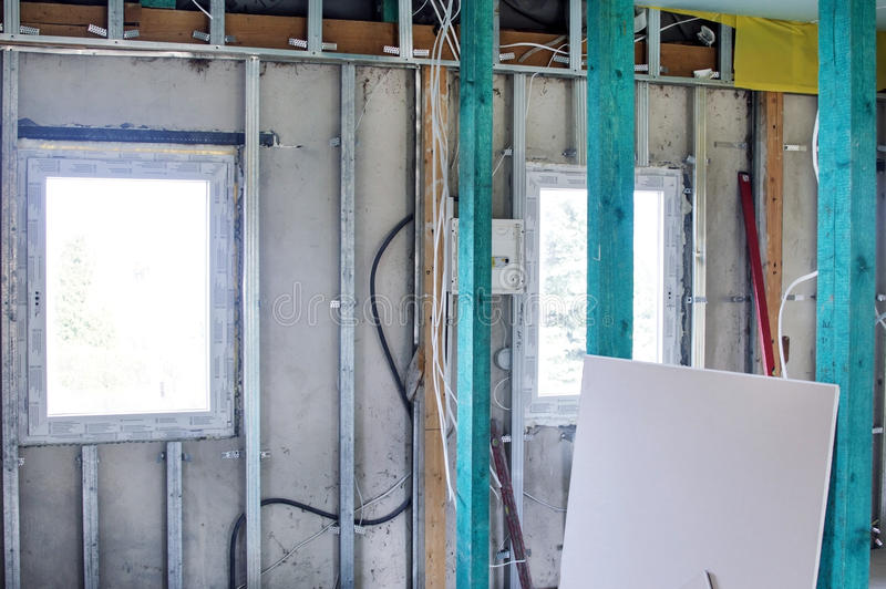 Installatie van drywall bouw en hun isolatie stock foto's