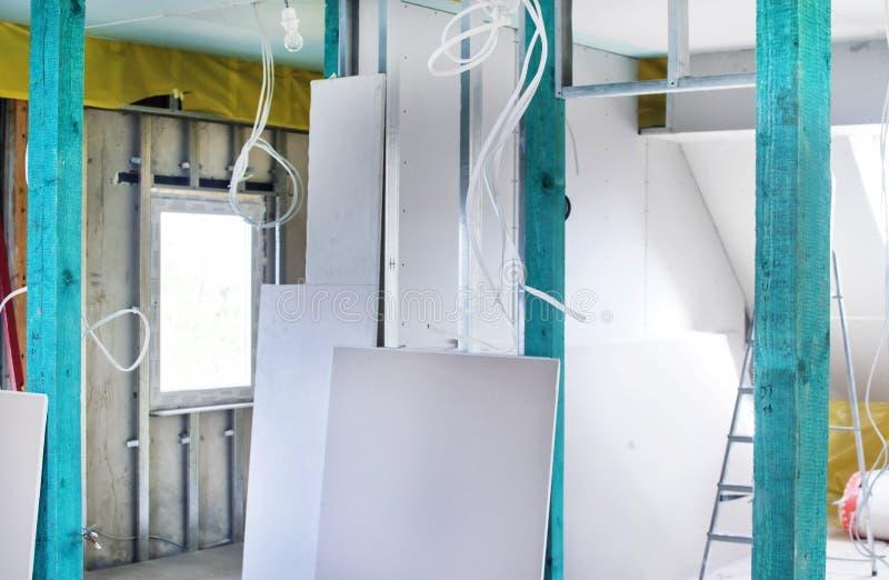 Installatie van drywall bouw en hun isolatie royalty-vrije stock fotografie