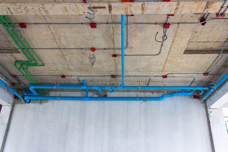 Installatie van elektro en loodgieterswerk in het gebouw De ruimte van het exemplaar royalty-vrije stock afbeelding