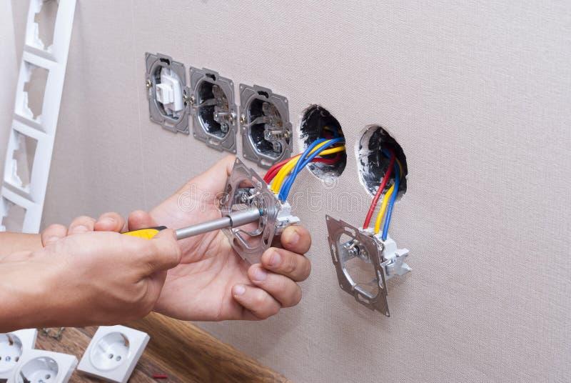Installatie van elektrocontactdozen stock foto