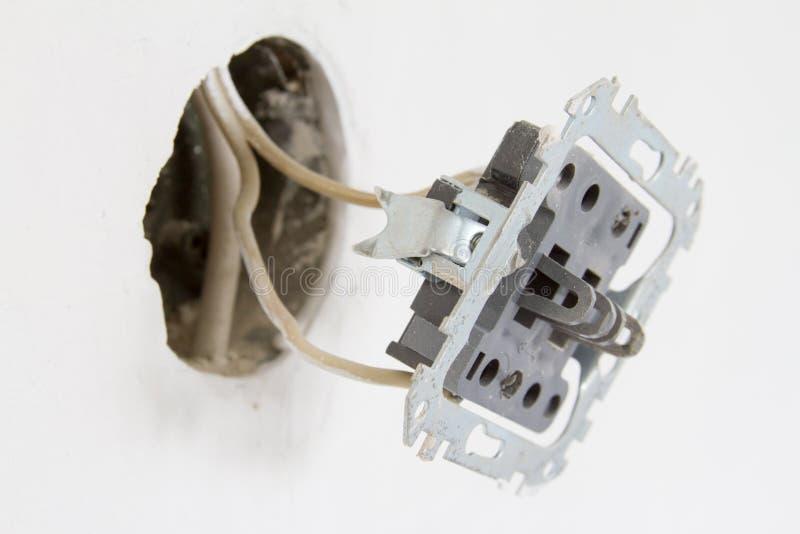 Installatie van elektrocontacten op de witte muur royalty-vrije stock afbeelding