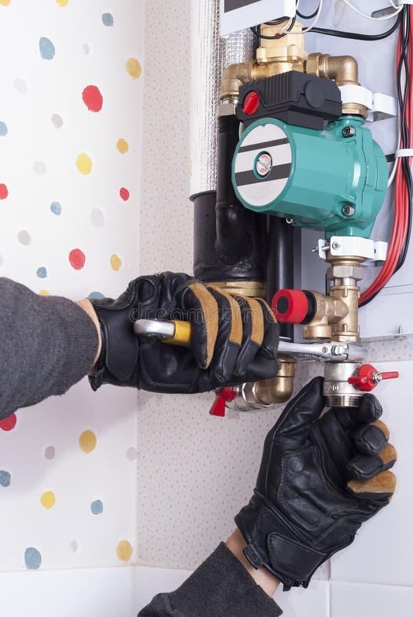 Installatie van het verwarmen van boiler stock afbeelding