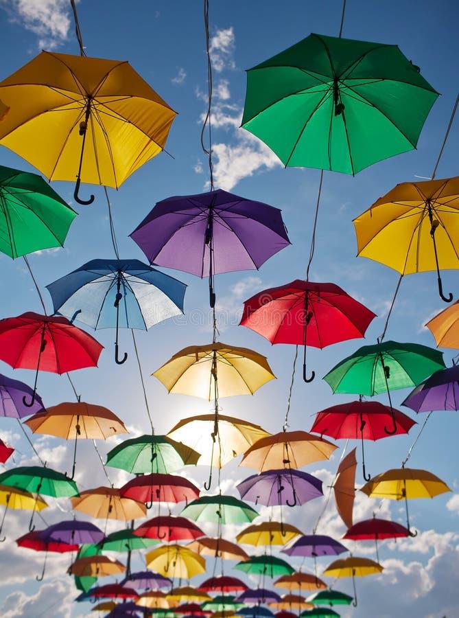 Installatie van multicolored paraplu's in het park van de stad van Astana, Kazachstan stock foto's