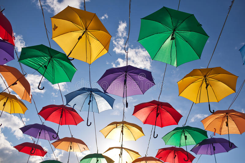 Installatie van multicolored paraplu's in het park van de stad van Astana, Kazachstan stock fotografie