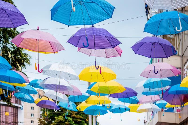 Installatie van multicolored paraplu's op de straat van modern royalty-vrije stock foto's