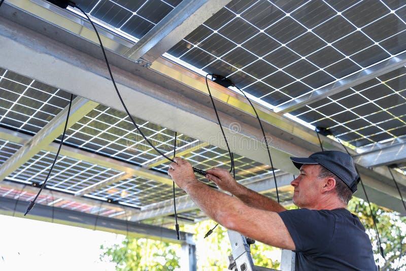 Installatie van semitransparent zonnemodules royalty-vrije stock foto's