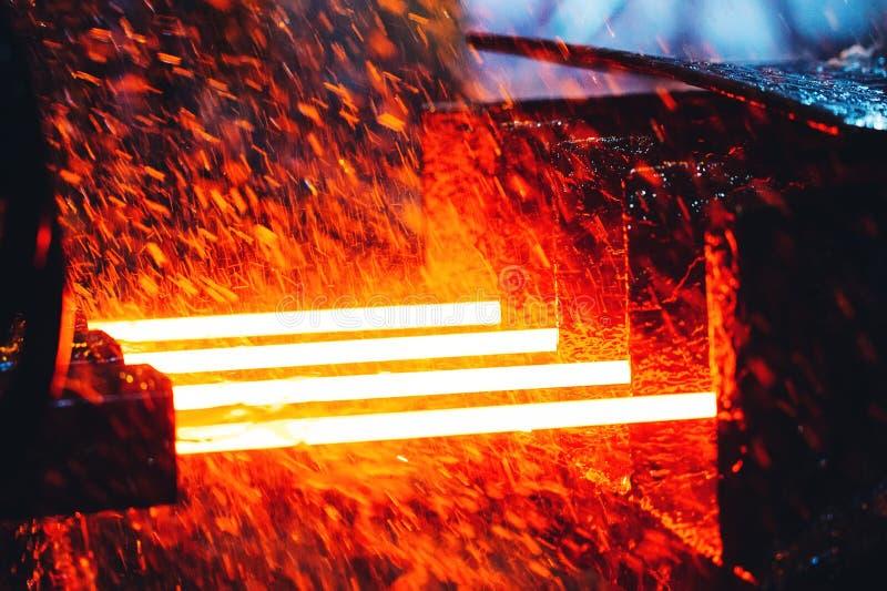 Installatie voor de productie van staal Een elektrische smeltende oven De fabrieksarbeider neemt een steekproef voor metaal stock foto's
