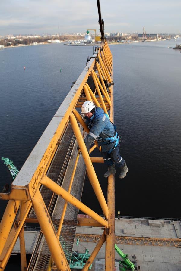 Installatiesectie van torenkraan bij hoogte, assemblagemonteurs steeplejacks royalty-vrije stock foto's