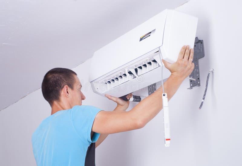 Installation av att betinga för luft arkivfoton
