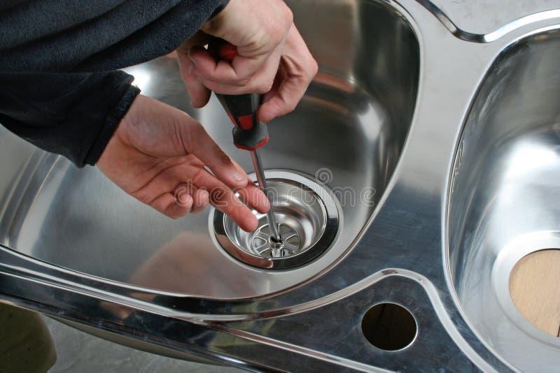 Installation av avrinningvasken royaltyfri bild